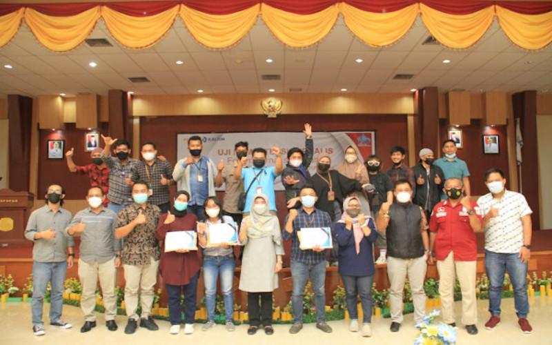 Plh. Wali Kota Bontang Aji Erlynawati (tengah) berpose dengan peserta dan tim penguji Uji Kompetensi Wartawan yang digelar pada 3 - 4 April 2021. - JIBI/Sandy Ariatama