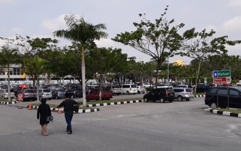 Pengelola Angkasa Pura II mengklaim mampu menghasilkan pendapatan Rp1 miliar per bulan dari biaya parkir kendaraan baik roda empat maupun roda dua di Bandar Udara Sultan Syarif Kasim II Kota Pekanbaru. a - Antara