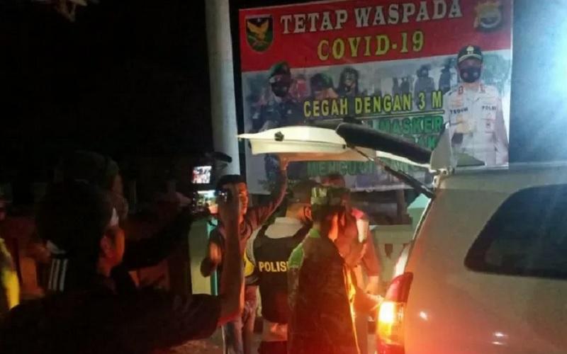 Personel gabungan polisi dan TNI di Kabupaten Mukomuko melakukan pemeriksaan kendaraan dan penumpang. - Antara\r\n\r\n