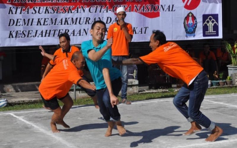 Sejumlah warga binaan saling mengejar dan menghindar saat berlangsung lomba Gobak Sodor di komplek LP kelas 2B Temanggung, Jawa Tengah pada 15 Agustus 2016. Selain untuk menyambut HUT RI, juga sebagai hiburan penghuni LP. - ANTARA/Anis Efizudin