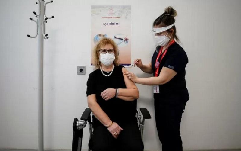 Banu Yavuz menerima suntikan vaksin Covid-19 Pfizer-BioNTech di Rumah Sakit Kota Ankara di Ankara, Turki, Jumat (2/4/2021). - Antara/Reuters\r\n
