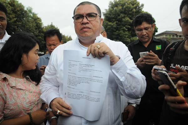 Kuasa hukum aktivis Sri Bintang Pamungkas, Razman Arif Nasution menunjukkan surat kuasa yang diberikan untuk menangani perkara dugaan makar kliennya di Mako Brimob Kelapa Dua, Depok, Jawa Barat, Jum'at (2/12). - Antara