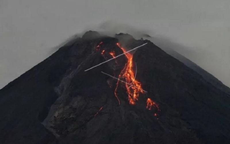 rnGuguran lava pijar Gunung Merapi terlihat dari Turi, Sleman, D.I Yogyakarta, Jumat (5/3/2021). Menurut data Balai Penyelidikan dan Pengembangan Teknologi Kebencanaan Geologi (BPPTKG) periode pengamatan Kamis (4/3/2021). - Antara\r\n\r\n
