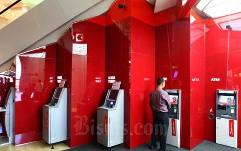 Nasabah bertransaksi melalui mesin anjungan tunai mandiri Bank CIMB Niaga di Jakarta, Senin (7/8). - JIBI/Dwi Prasetya