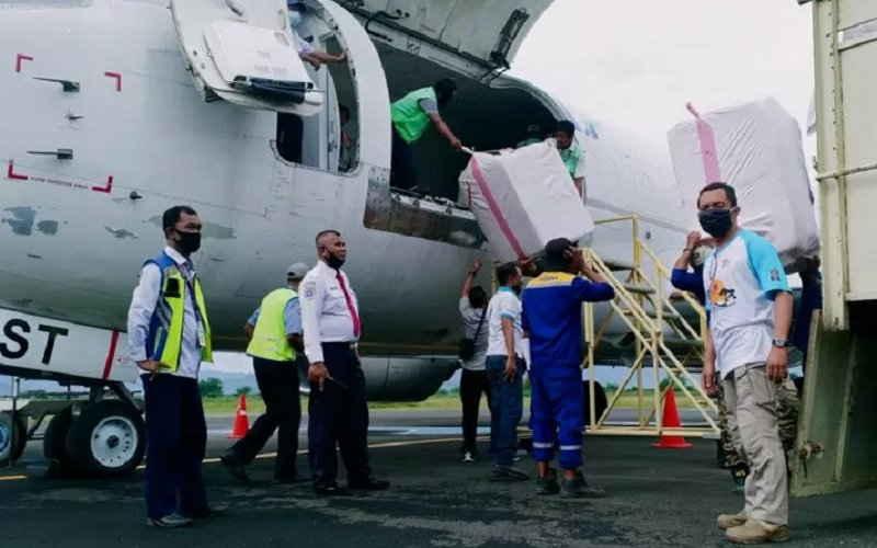 Pengiriman bantuan logistik untuk korban banjir di Kabupaten Bima, Nusa Tenggara Barat (NTB), Senin (5/4/2021). - Antara