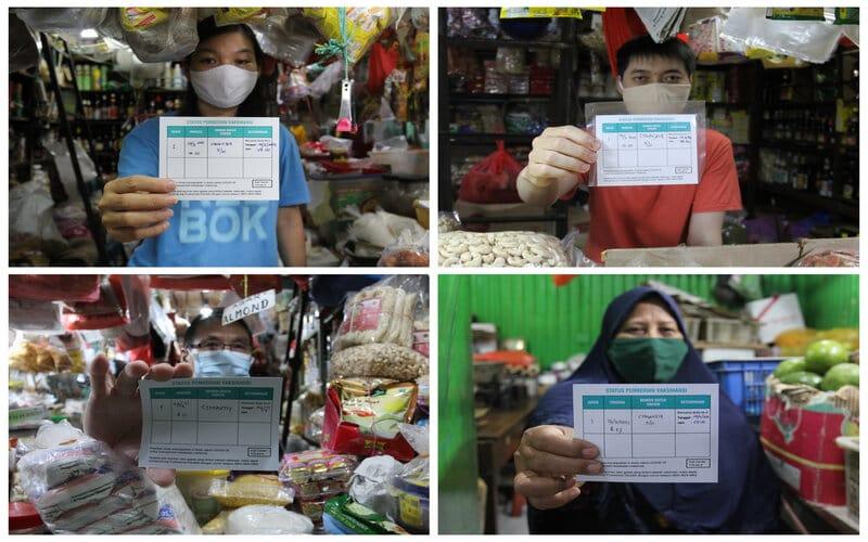 Sejumlah pedagang menunjukkan kartu vaksinasi Covid-19 usai vaksinasi di Pasar Genteng Baru, di Surabaya, Jawa Timur, Senin (29/3/2021). Vaksinasi Covid-19 yang ditargetkan diikuti seribu pedagang Pasar Genteng Baru serta karyawannya itu sebagai langkah penanggulangan pandemi Covid-19. - Antara/Didik Suhartono.