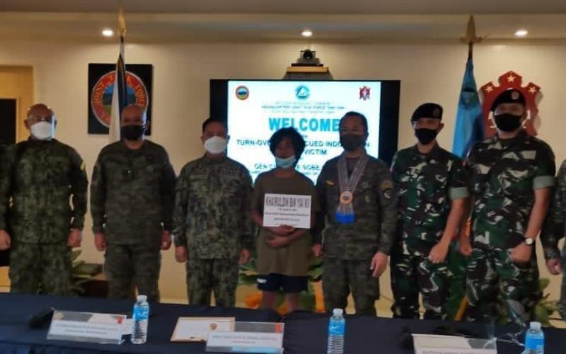 MK, laki-laki berusia 14 tahun (di tengah) merupakan WNI terakhir yang menjadi sandera kelompok Abu Sayyaf (ASG) akhirnya dapat dibebaskan kemarin, Minggu (21/3/2021), melalui operasi gabungan Aparat Keamanan Filipina di Pulau Kalupag - Dok./Kementerian Luar Negeri