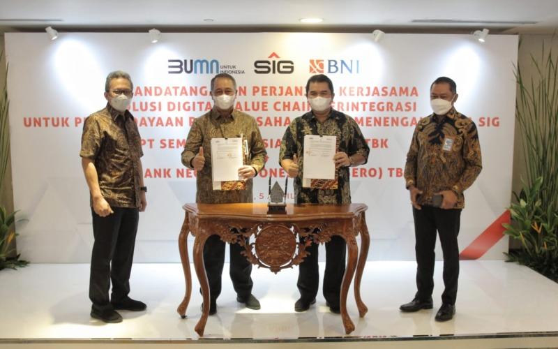 Direktur Utama BNI Royke Tumilaar (kedua kiri), Direktur Utama PT Semen Indonesia (Persero) Tbk Hendi Prio Santoso (kedua kanan), Direktur Bisnis UMKM BNI Muhammad Iqbal (kanan), dan Direktur Keuangan PT Semen Indonesia (Persero) Tbk Doddy Sulasmono (kiri) berbincang/bincang pasca penandatanganan Perjanjian Kerja Sama (PKS) Solusi Digital Value Chain Terintegrasi untuk Pemberdayaan Pelaku Usaha Kecil dan Menengah Mitra SIG di Jakarta, Senin (5 April 2021).
