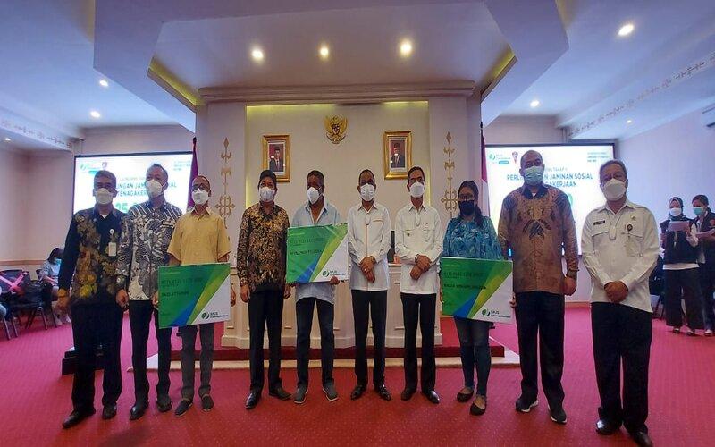 Penyerahan kartu kepesertaan BP Jamsostek pada perwakilan pekerja Kota Ambon oleh Pemkot Ambon dan BP Jamsostek, Senin (5/4/2021). - Istimewa