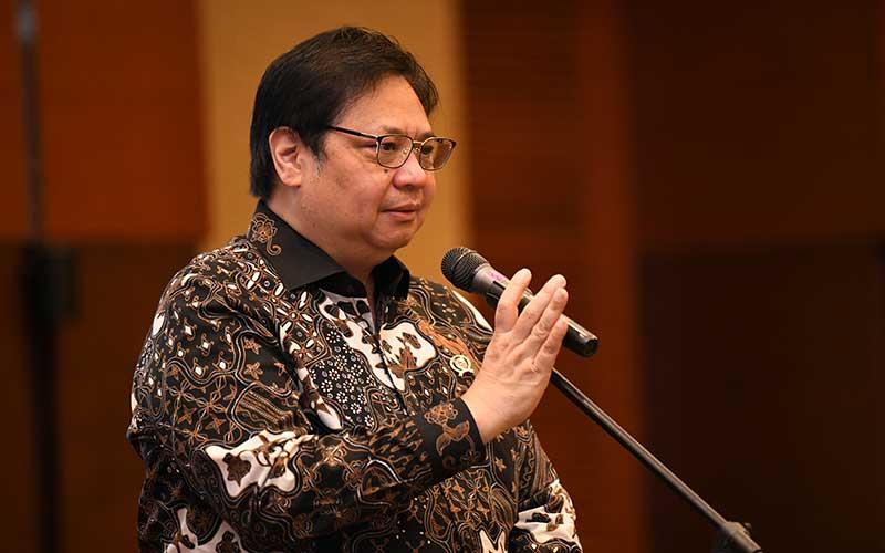 Menteri Koordinator Perekonomian Airlangga Hartarto memberikan keterangan saat acara peluncuran progam penjaminan pemerintah kepada padat karya dalam rangka percepatan pemulihan ekonomi nasional di Jakarta, Rabu (29/7 - 2020). Bisnis