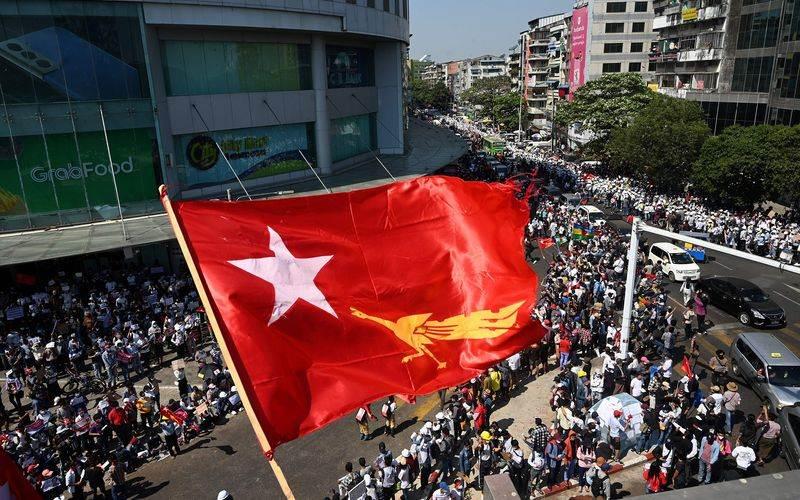 Pengunjuk rasa saat melakukan aksinya di Yangon, Myanmar, 10 Februari 2021./Bloomberg/AFP - Getty Images/Sai Aung Main
