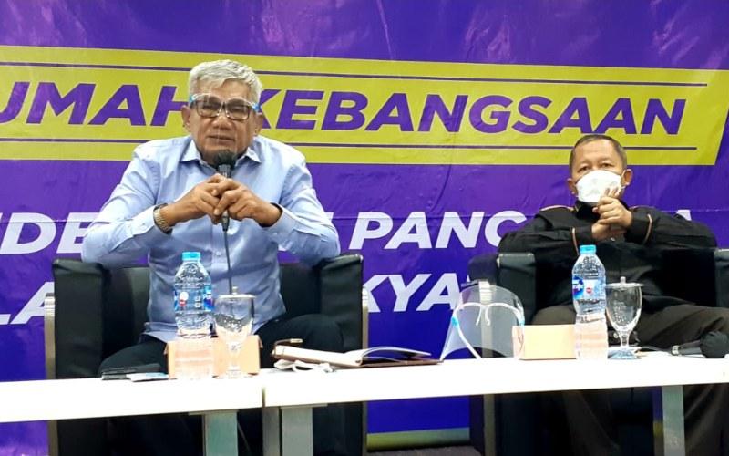 Wakil Ketua MPR Arsul Sani (kanan) dan Anggota MPR Agun Gunandjar Sudarsa (kiri) menjadi pembicara dalam diskusi bertajuk