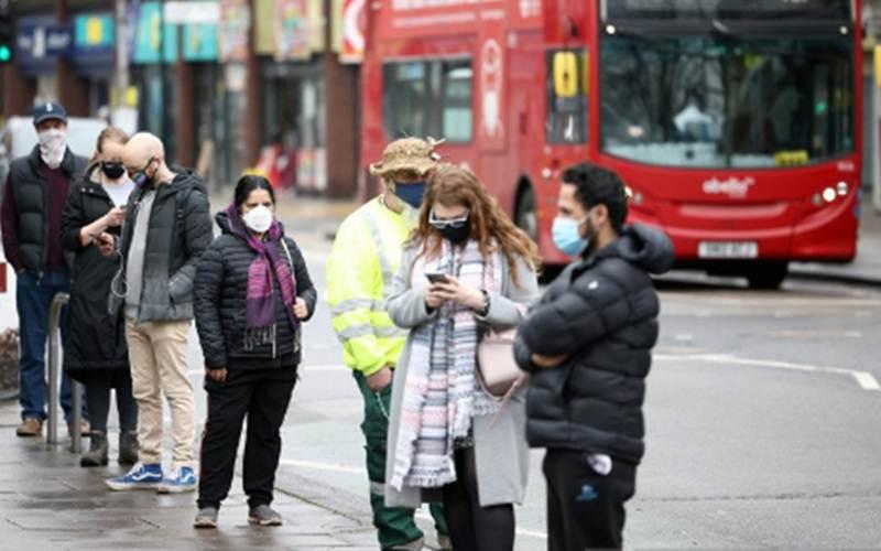 Orang-orang mengantre untuk tes Covid-19 di jalan raya Ealing tempat varian virus Corona SARS-CoV-2 baru yang berasal dari Afrika Selatan ditemukan, di London Barat, Inggris (2/2/2021)./Antara - Reuters/Henry Nicholls
