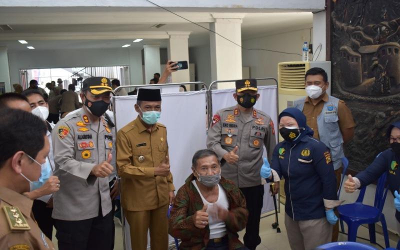 Kapolda Sumsel Irjen Pol Eko Indra Heri (kedua dari kanan) bersama Wakil Bupati OKI M.Dja'far Shodiq meninjau vaksinasi bagi guru dan lansia di kabupaten tersebut. istimewa