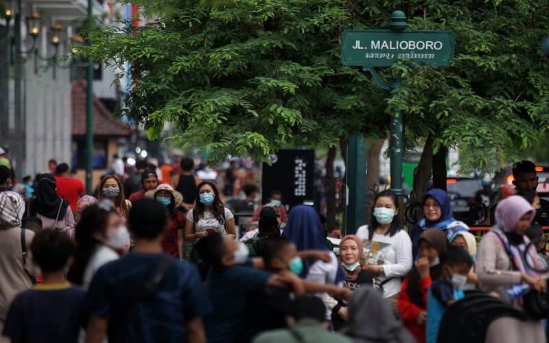 Pengunjung memadati kawasan wisata Malioboro, Yogyakarta, Kamis (11/3/2021). Libur Isra Miraj 2021 kawasan Malioboro yang merupakan destinasi wisata andalan di Yogyakarta padat pengunjung. - Antara/Andreas Fitri Atmoko.