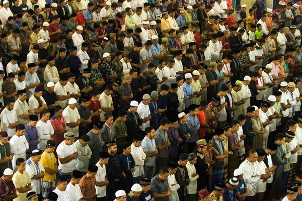 Sejumlah umat muslim menjalankan ibadah salat Tarawih. - Antara