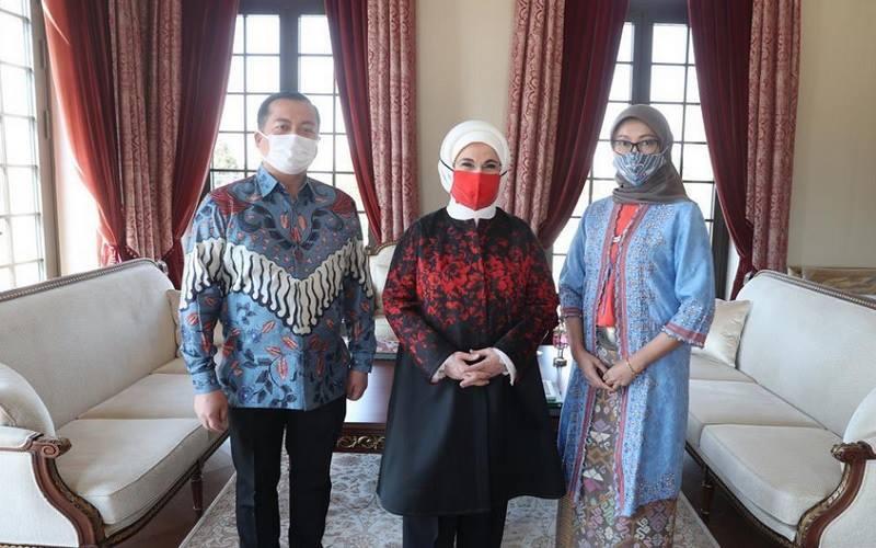Dubes RI untuk Turki Lalu Muhammad Iqbal, Ibu Negara Turki Emine Erdogan, dan istri Dubes RI untuk Turki Sinta Agathia.JIBI - Bisnis/Nancy Junita/Twitter @Emine Erdogan