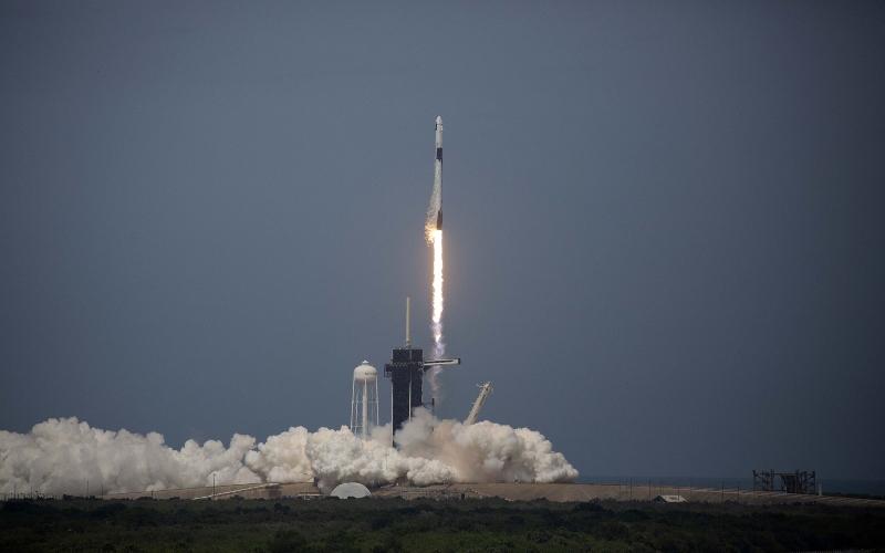 Ilustrasi - Pesawat luar angkasa milik SpaceX meluncur dari Pangkalan Udara Cape Canaveral di Florida, AS. - Bloomberg