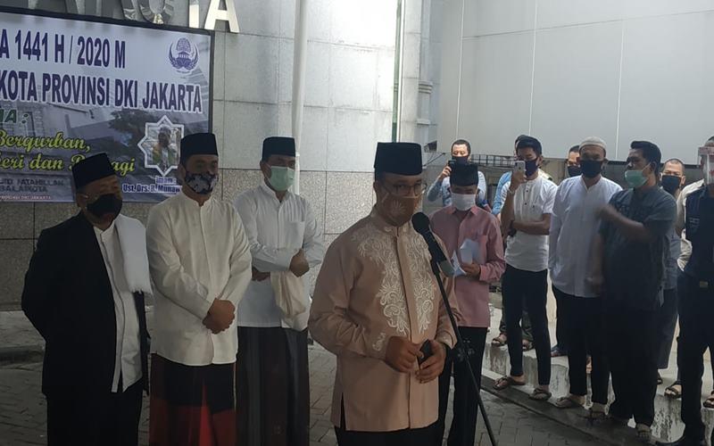 Gubernur DKI Jakarta Anies Baswedan seusai Salat Iduladha di depan Masjid Balai Kota, pada Jumat (31/7/2020). JIBI - Bisnis/Nyoman Ari Wahyudi