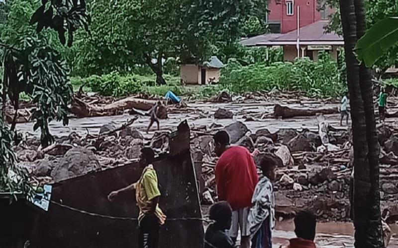 Banjir bandang di Kabupaten Flores Timur, NTT, pada Minggu (4/4/2021) dini hari tadi. - Dok. BPBD Kabupaten Flores Timur\r\n