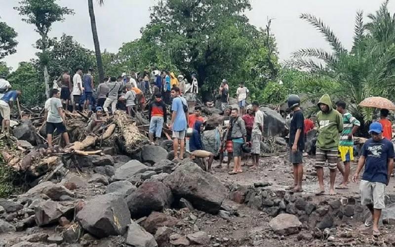 Sejumlah warga Kecamatan Ile Ape, Kabupaten Lembata, Nusa Tenggara Timur (NTT) sedang mencari para korban banjir bandang yang masih belum ditemukan, Minggu (4/4/2021). - Antara