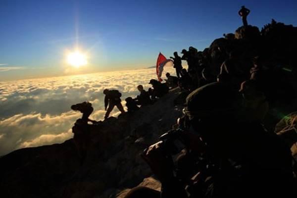Dokumentasi pendaki memadati puncak Gunung Merapi untuk melihat pesona kawah dan matahari terbit di Gunung Merapi, Boyolali, Jawa Tengah - Antara