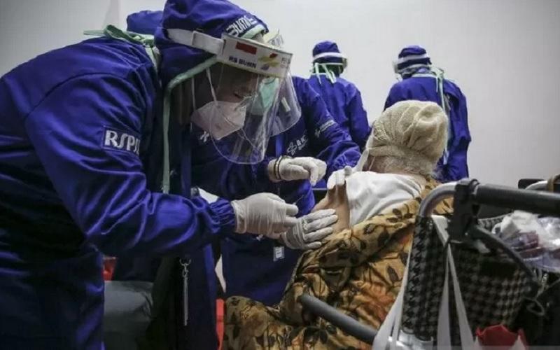Petugas kesehatan menyuntikkan vaksin Covid-19 kepada lansia di Istora Senayan, Jakarta, Senin (8/3/2021). - Antara