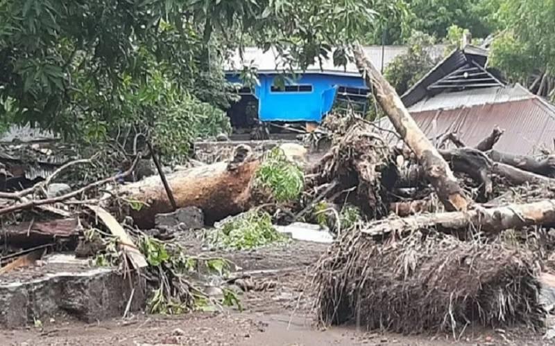 Rumah penduduk di Kecamatan Ile Ape, Kabupaten Lembata, Nusa Tenggara Timur hancur akibat diterjang banjir bandang berupa lahar dingin dari kawasan puncang Gunung Ile Lewotolok, Minggu (4/4/2021). - Antara