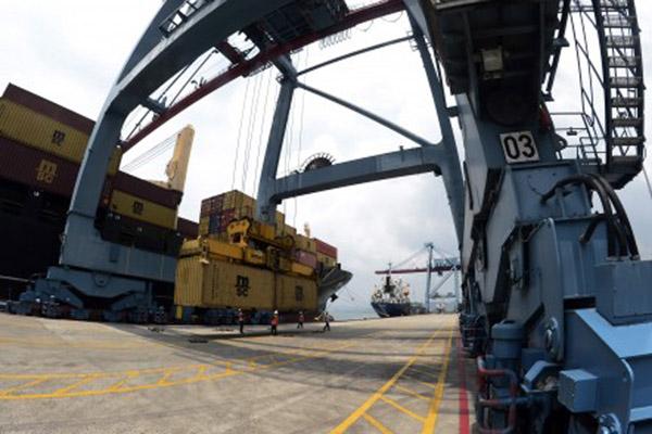 Aktivitas bongkar muat di Pelabuhan Panjang, Bandar Lampung, Provinsi Lampung. - Antara/Ardianysah