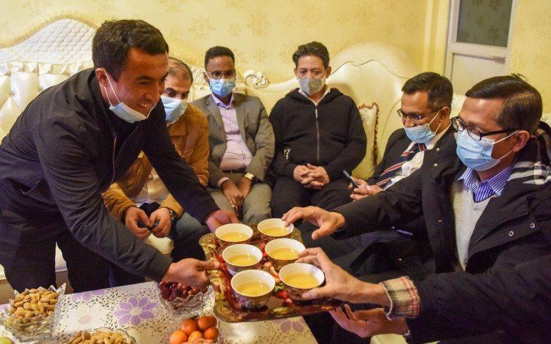 Para diplomat bertamu di rumah warga etnis Uighur di Distrk Nazarbagh, Kota Kashgar, di sela-sela kunjungan empat hari pada 2 April 2021 ke Daerah Otonomi Xinjiang, China/Antara - HO/Xinhua