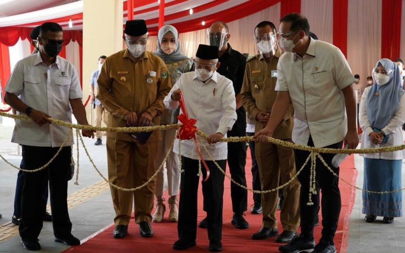 Wapres Ma'ruf Amin meresmikan Pasar Rakyat Kota Pariaman kunjungan kerja ke Sumatera Barat pada Selasa (6/4/2021). Dia didampingi oleh Menteri Perdagangan Muhammad Luthfi - Dok./Setwapres