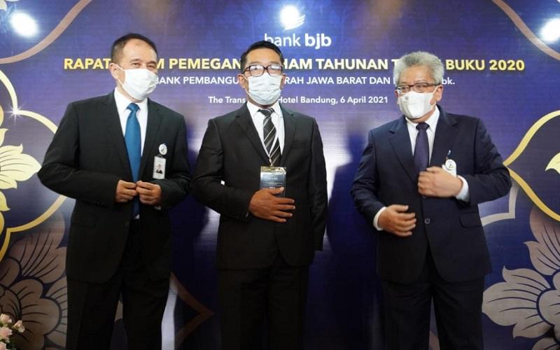 Gubernur Jabar Ridwan Kamil (tengah) menghadiri agenda RUPST Bank BJB Tahun Buku 2020, didampingi Komisaris Utama Independen Farid Rahman (kiri) dan Direktur Utama Bank BJB Yuddy Renaldi (kanan) - Bisnis/Wisnu Wage