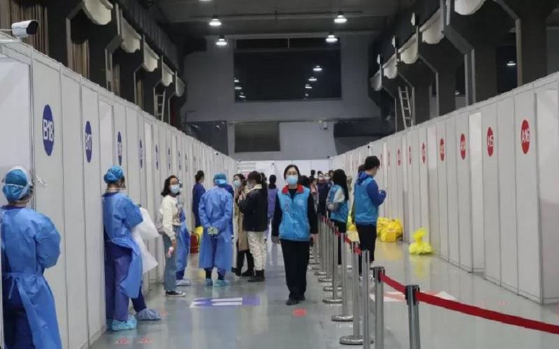 Para petugas medis bersiap menyambut kedatangan warga negara asing yang hendak disuntik vaksin Covid-19 dosis pertama di bilik-bilik semipermanen yang didirikan di areal Museum Chaoyang Park, Beijing, China, Selasa (23/3/2021). - Antara\r\n