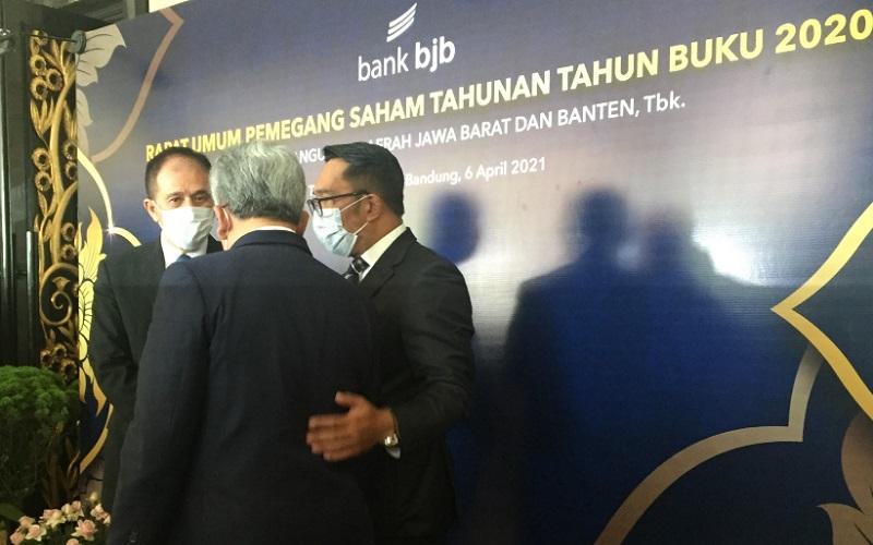 Gubernur Jabar Ridwan Kamil (kanan) menghadiri agenda RUPST Bank BJB Tahun Buku 2020 - Bisnis/Wisnu Wage