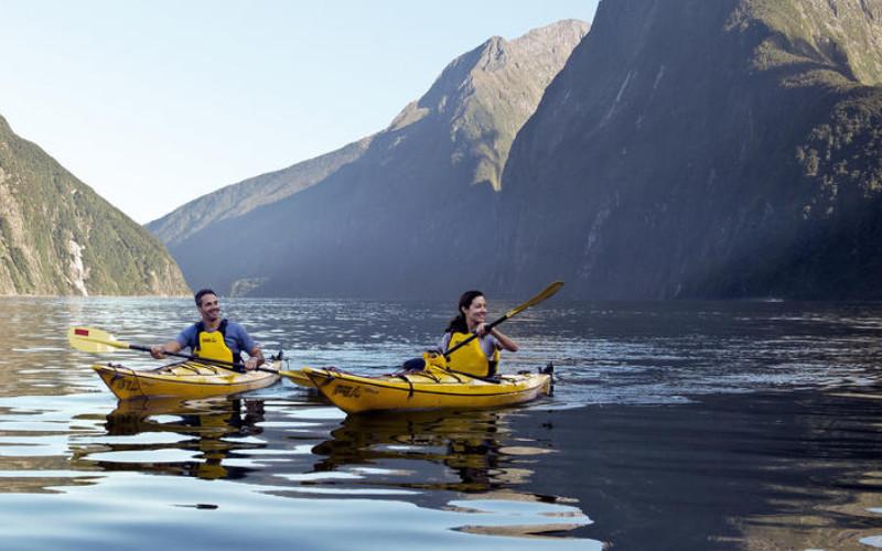 Mengeksplorasi keindahan alam di Fiordland dengan perahu kayak.  - newzealand.com