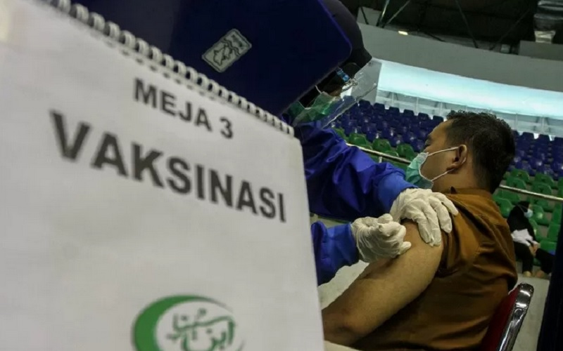 Petugas Kesehatan menyuntikan vaksin Covid-19 kepada seorang Aparatur Sipil Negara (ASN) di Gelanggang Olahraga Remaja Pekanbaru, Riau, Senin (1/3/2021). - Antara
