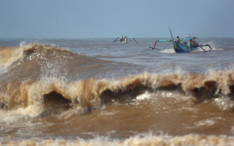 Perahu nelayan di tengah laut.  - Antara