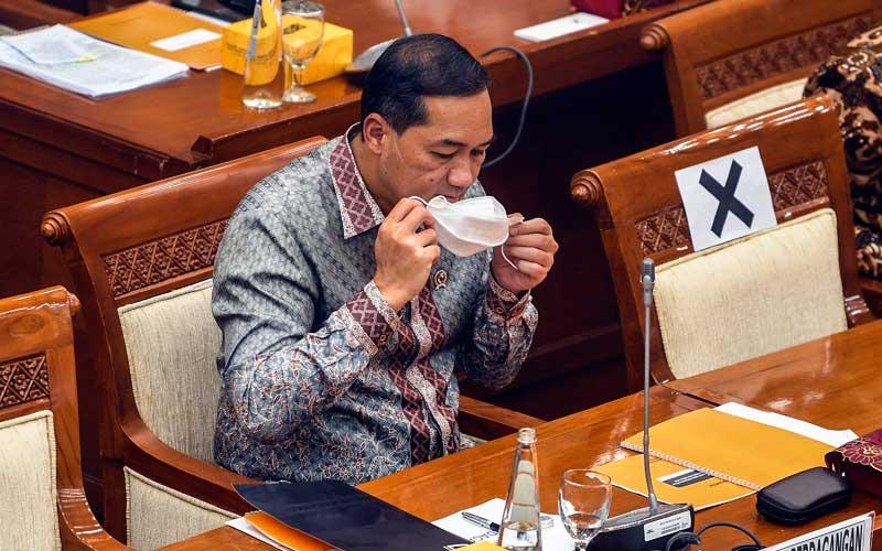 Menteri Perdagangan Muhammad Lutfi menggunakan masker saat akan menyampaikan paparan pada Rapat Dengar Pendapat (RDP) dengan Kepala BKPM dan Komisi VI DPR di Kompleks Parlemen, Senayan, Jakarta, Rabu (3/2/2021). ANTARA FOTO - Muhammad Adimaja