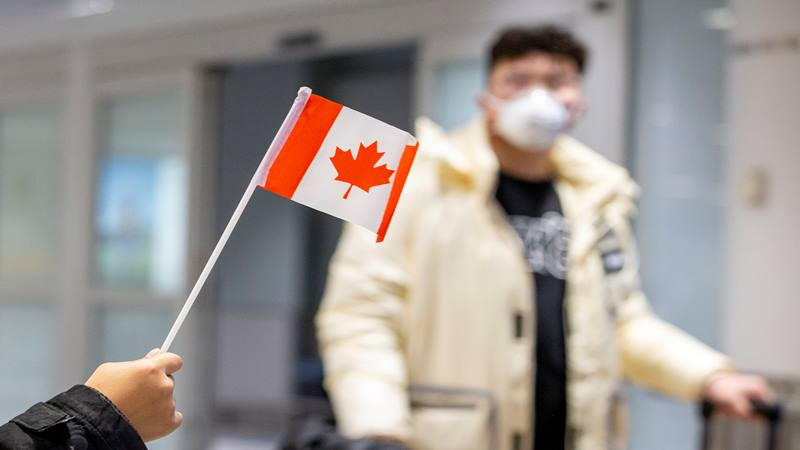 Seorang penumpang mengenakan masker saat tiba di Bandara Pearson, tak lama setelah Toronto Public Health menerima pemberitahuan kasus dugaan pertama virus corona di Kanada, di Toronto, Ontario, Kanada 26 Januari 2020.  - Reuters