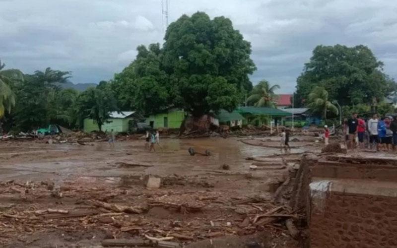 Banjir bandang melanda wilayah Waiwerang dan sekitarnya di Kecamatan Adonara Timur, Pulau Adonara, Kabupaten Flores Timur, Nusa Tenggara Timur, pada Minggu (4/4/2021) WITA dini hari. - Antara