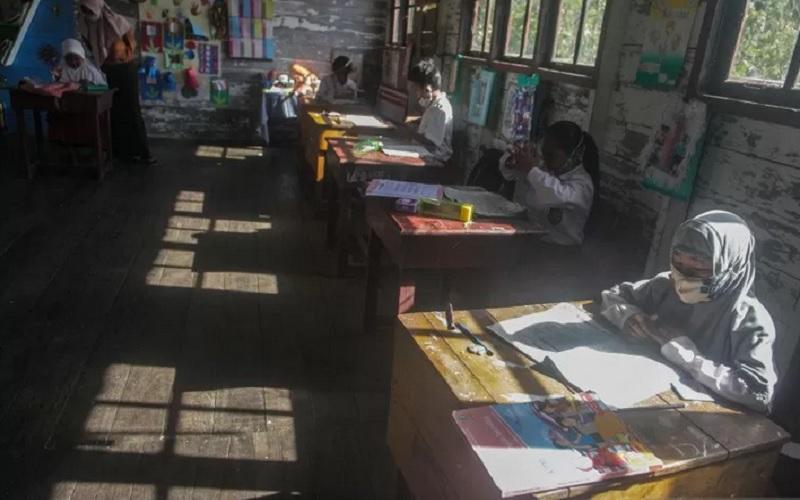 Sejumlah siswa mengikuti kegiatan belajar tatap muka di SD Negeri 1 Sungai Sekonyer, Kabupaten Kotawaringin Barat, Kalimantan Tengah, Selasa (30/3/2021). - Antara