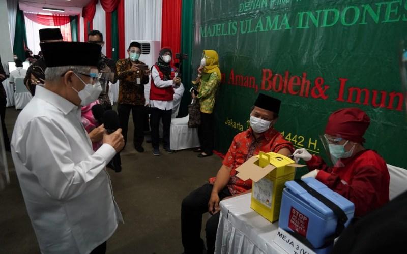 Wakil Presiden Ma'ruf Amin meninjau kegiatan vaksinasi di Kantor Majelis Ulama Indonesia (MUI), Rabu (7/4/2021). Vaksinasi tersebut menggunakan vaksin AstraZeneca - Dok./Setwapres