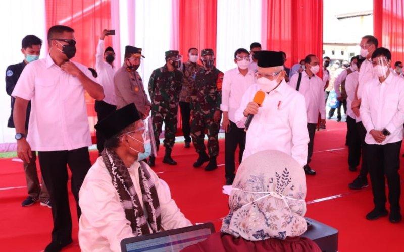 Wakil Presiden Ma'ruf Amin meninjau proses vaksinasi virus Corona atau Covid-19 dalam kunjungannya ke Pariaman, Sumatera Barat, Selasa (6/4/2021). Tampak Wapres didampingi Wakil Menteri Kesehatan Dante Saksono Harbuwono dan Menteri Perdagangan Muhammad Luthfi - Dok./Setwapres