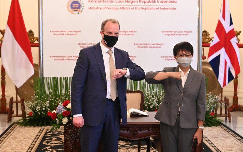 Menteri Luar Negeri Indonesia Retno Marsudi (kanan) bertemu dengan Menteri Luar Negeri Inggris Dominic Raab (kiri) di Jakarta, Rabu (7/4/2021)  -  Antara / Kemlu RI