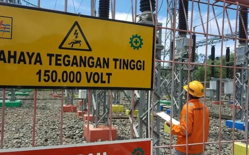 Petugas mengecek kelistrikan di Gardu Induk Kuta di Kawasan Ekonomi Khusus (KEK) Mandalika, Kecamatan Pujut, Kabupaten Lombok Tengah, NTB, Selasa (2/2/2021)  - Antara
