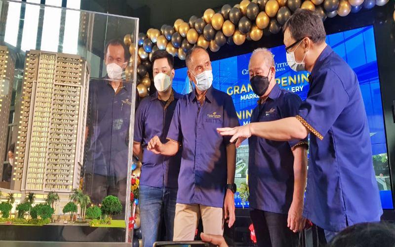 Senior Director Ciputra Group, Sutoto Yakobus (ketiga kanan), GM Citraland Vittorio, Indra Purnama (kanan) saat Grand Opening Marketing Gallery Citraland Vittorio & Signing Ceremony Main Contractor, di Surabaya, Rabu (7/4/2021)  - Bisnis/Peni Widarti