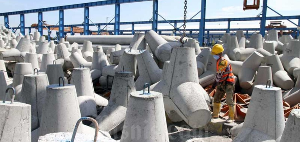 Pekerja PT Waskita Beton Precast Tbk. (WSBP) menyelesaikan proses akhir pembuatan produk Spun Pile di Plant Karawang Jawa Barat, Rabu (17/6/2020). - Bisnis/Dedi Gunawan