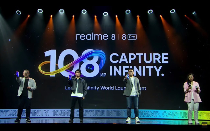 (Dari kiri) Product Manager Realme Indonesia Vasco Rombot, Brand Ambassador Realme Iqbal Ramadhan, dan Marketing Director Realme Indonesia Palson Yi saat peluncuran Realme 8 Series, Rabu (7/4/2021).  - Dok. Realme Indonesia
