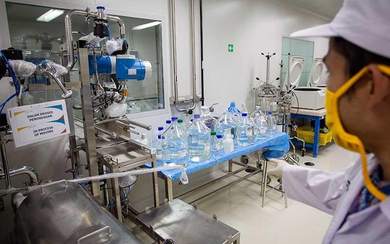 Peneliti beraktivitas di ruang riset vaksin Merah Putih di kantor Bio Farma, Bandung, Jawa Barat, Rabu (12/8/2020).  - ANTARA FOTO/Dhemas Reviyanto