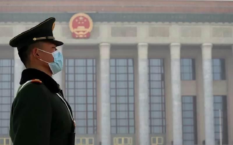 Seorang petugas keamanan bersiaga di depan Balai Agung Rakyat, Beijing, Kamis (4/3/2021) - Antara/M. Irfan Ilmie